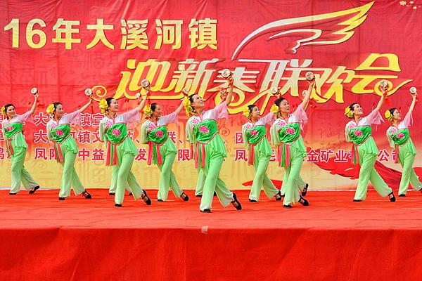 舞蹈《新年好》欢快喜庆的舞乐声中拉开帷幕